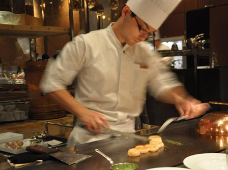 An image of a teppanyake chef at Keyakizaka.