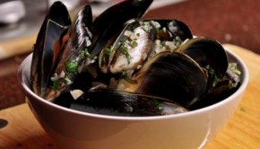 Bowl of moules mariniere