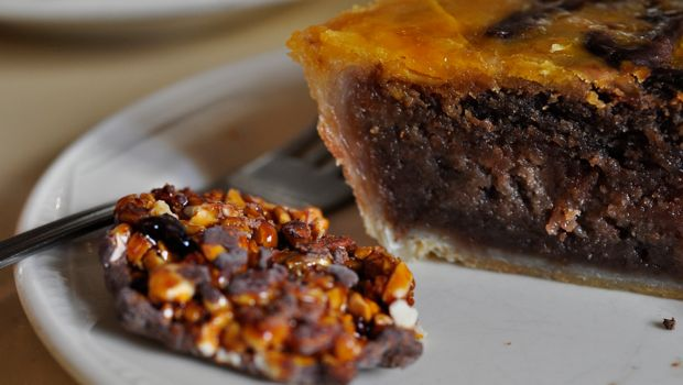 An image of fig tart and a chocolate florentine at Caelum, Barcelona