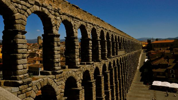 An image of the roman aqueduct in Segovia, Spain