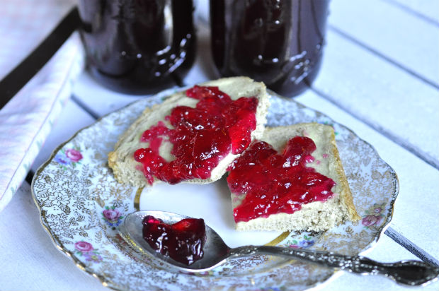 lillypilly-jelly-on-bread
